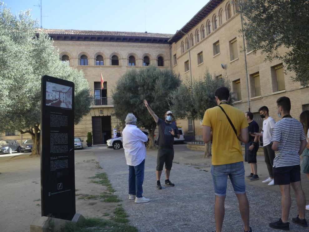 Unos visitantes reciben información de uno de los guías turísticos de Barbastro.