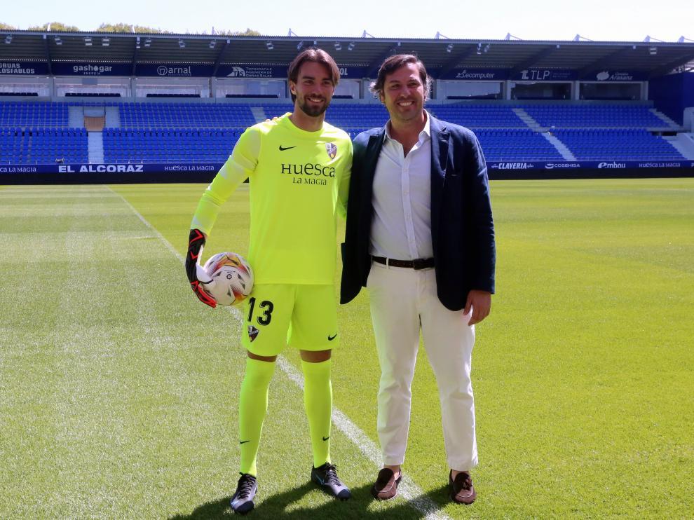 El portero Miguel San Román y Rubén García, director deportivo de la S.D. Huesca, en El Alcoraz.