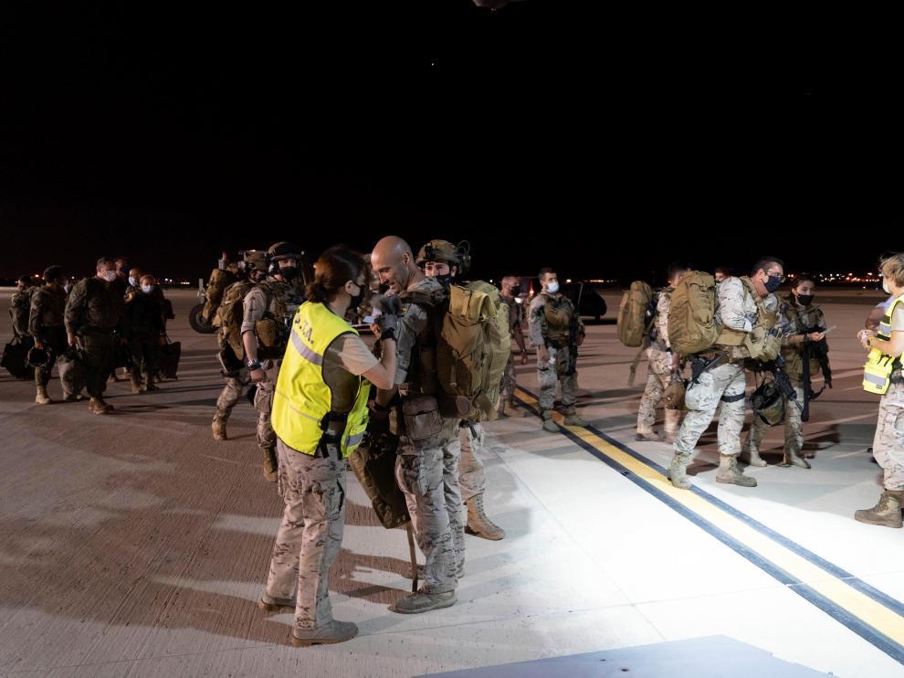 Militares esperan subir al primer avión en la madrugada del lunes