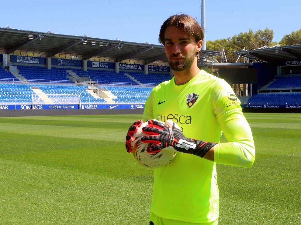 Presentación de Miguel San Román, el nuevo portero del Huesca, en El Alcoraz.