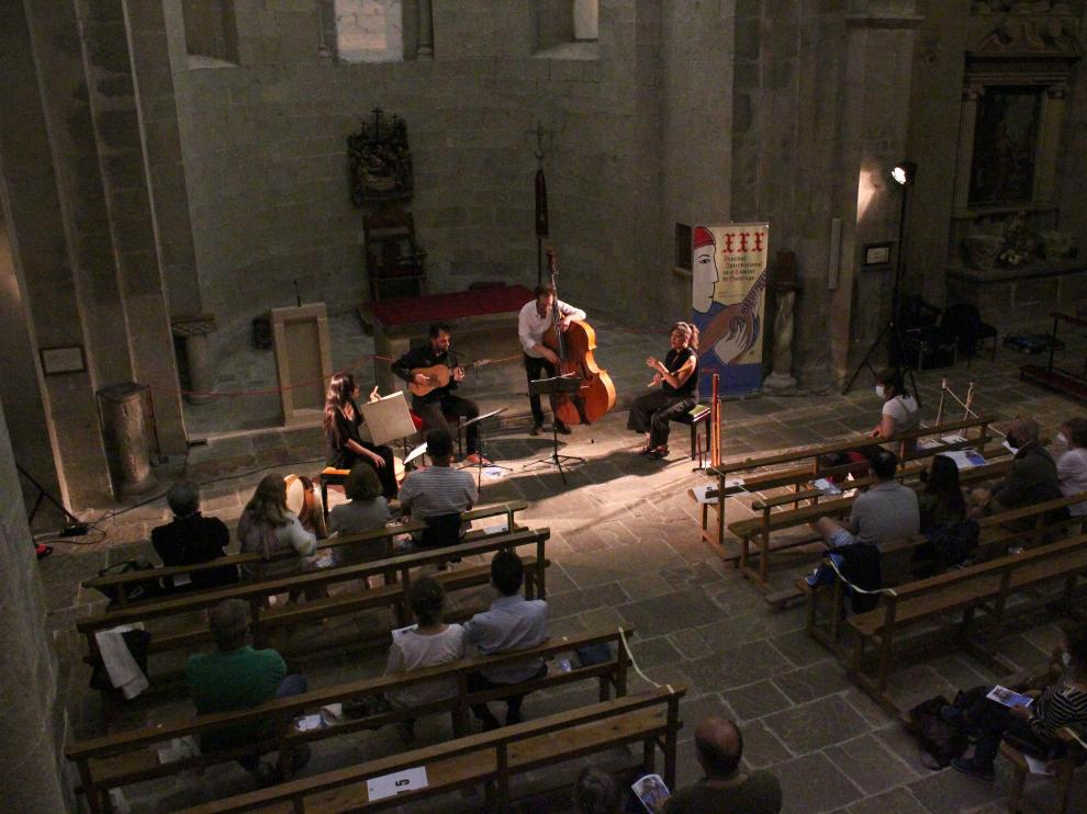 Taracea en su concierto en la iglesia de Santa Cruz de la Serós.