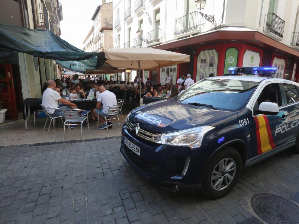 Coche de policía durante el día 9 de agosto.