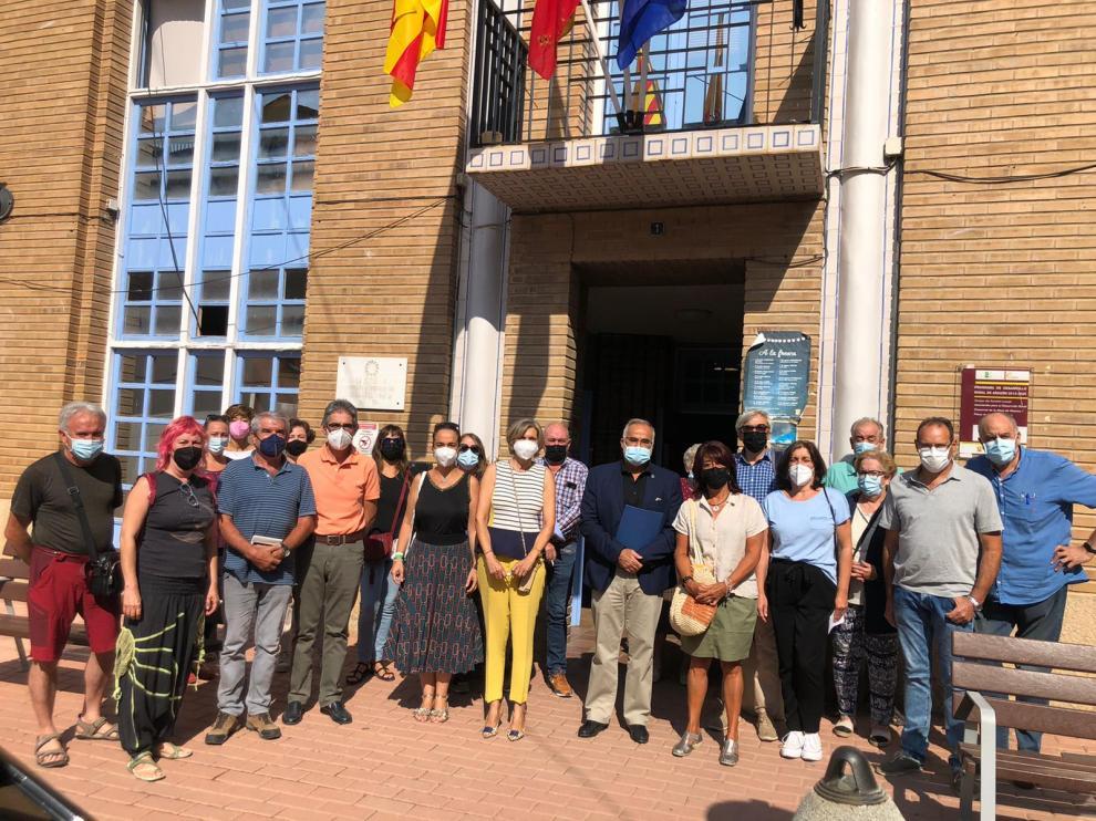 Los representantes de las asociaciones, vecinos y el lugarteniente Javier Hernández en la reunión de esta mañana en Bolea