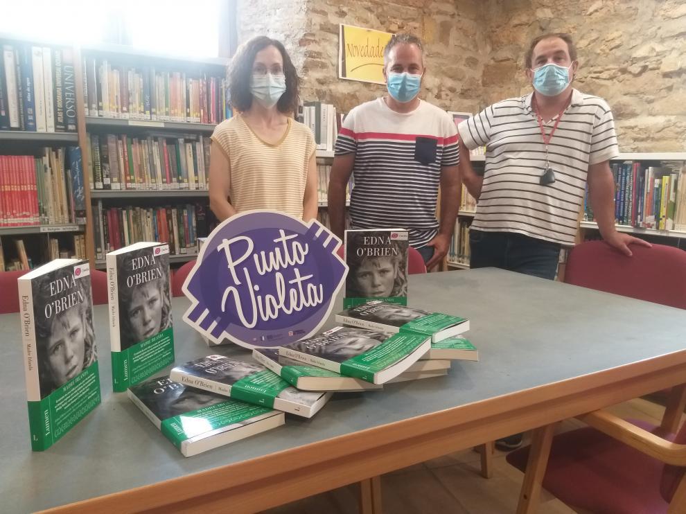 Javiel Consul y Óscar Moret entregaron los ejemplares a la biblioteca de Osso de Cinca.