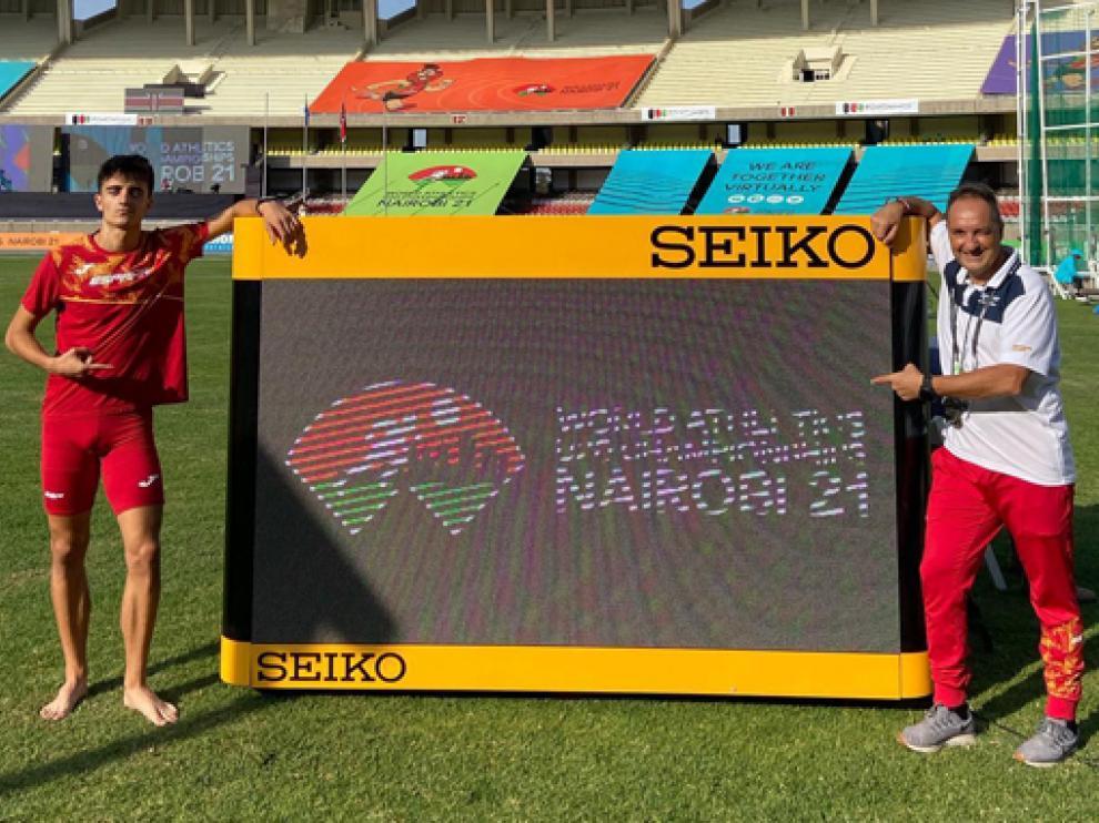 Oriach y su entrenador, Phondy, en la pista africana.