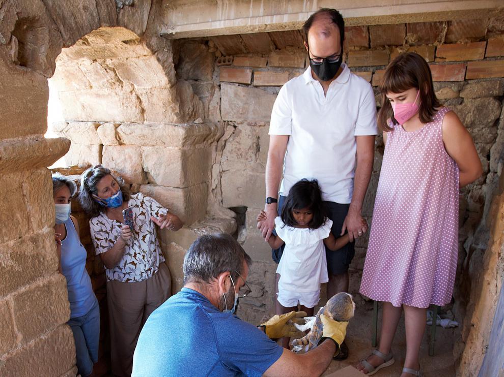 Un momento de la colocación de una de las lechuzas en el campanario de Chibluco.