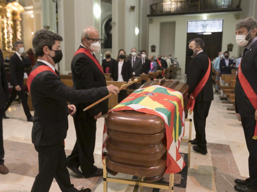 El alcalde de Huesca, Luis Felipe, ha depositado el bastón de mando sobre el féretro.