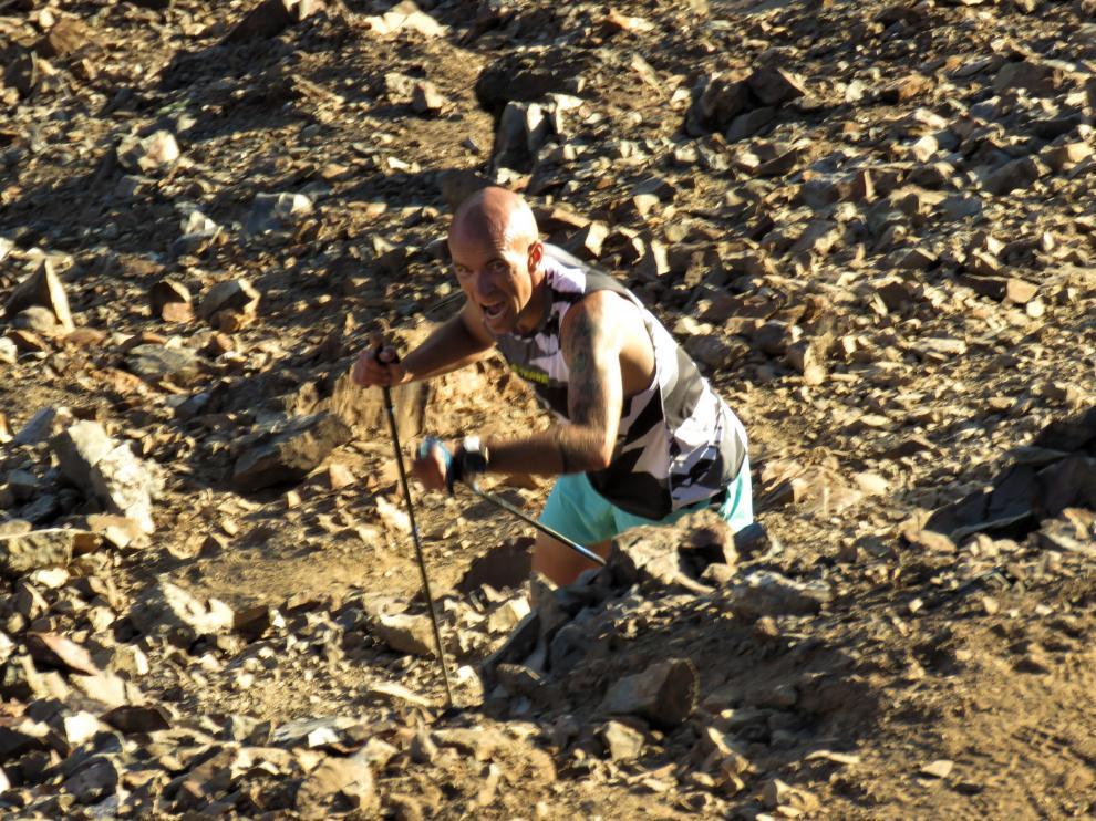 El corredor Miguel Caballero, en su ascenso al pico del Garmo Negro, situado en el Valle de Tena a 3.064 metros de altura.