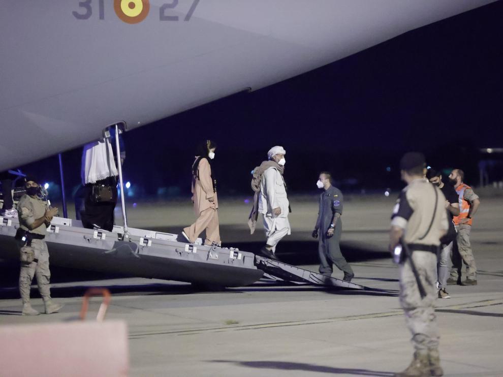 Llegada del primer avión con evacuados afganos y españoles en la madrugada del jueves.