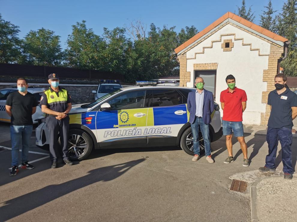 Autoridades políticas, representantes de la Policía Local de Jaca y trabajadores municipales presentaron este viernes el nuevo vehículo.