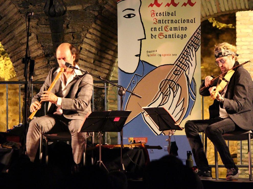 Carlos Núñez, a la izquierda, con uno de sus músicos.