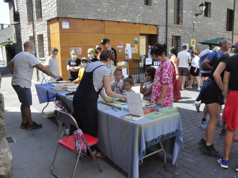 Villanúa celebra una animada Feria del Libro y el Cómic