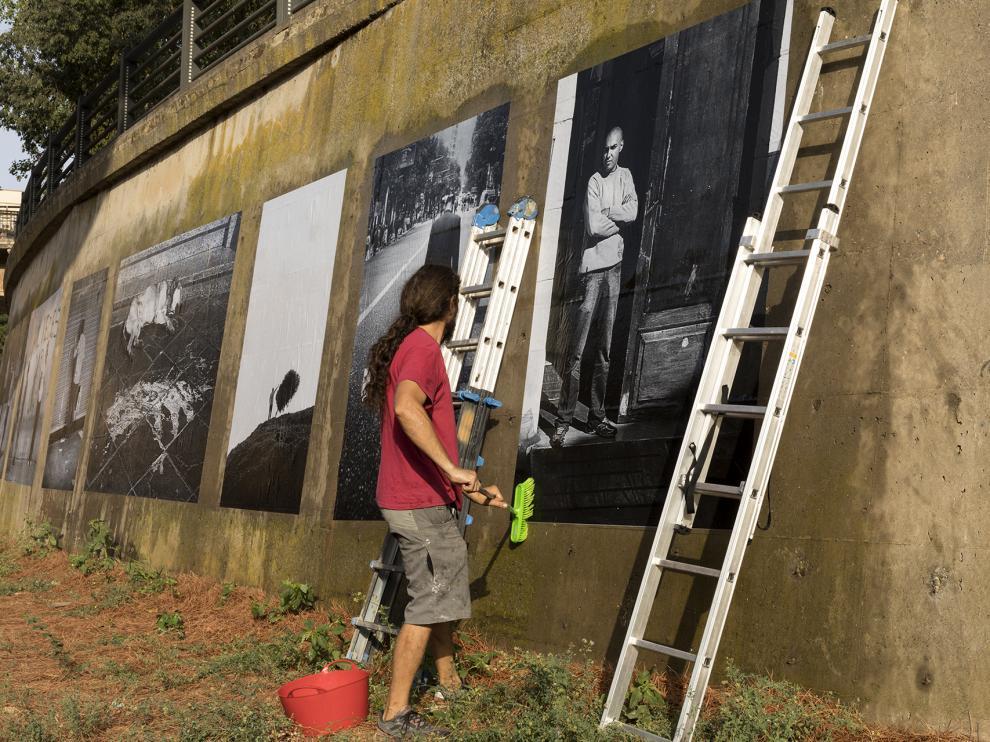Montaje de la exposición La memoria sumergida, de Xhon López Mora, en los muros del río Vero.