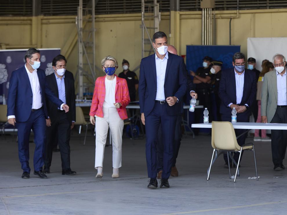 Pedro Sánchez durante una visita al dispositivo de atención y acogida de ciudadanos europeos y colaboradores afganos instalado en la base aérea de Torrejón de Ardoz.