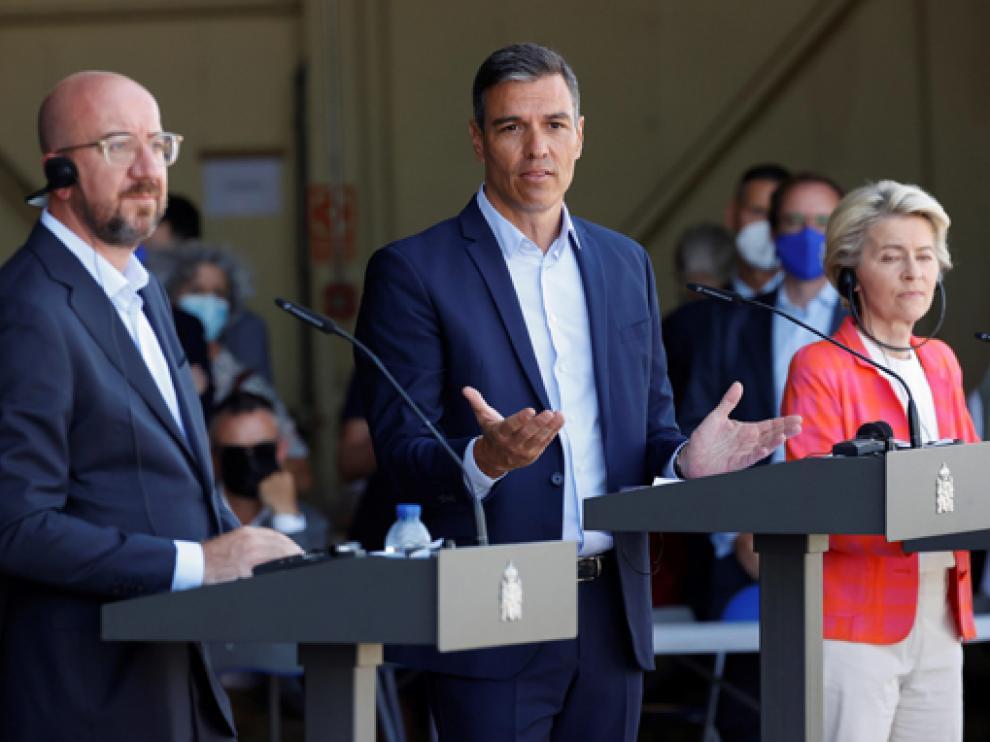 Pedro Sánchez, con Ursula Von der Leyen y Charles Michel intervienen durante su visita al centro de acogida de refugiados en Torrejón de Ardoz