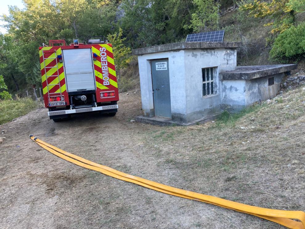 Un camión del SPEIS de la Diputación de Huesca suministra agua al depósito de Samitier.