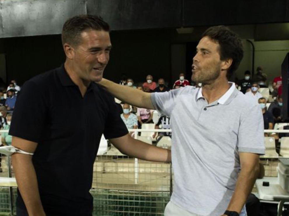 Luis Carrión saluda al exentrenador del Huesca, Rubi, en el Cartagena-Almería de la primera jornada.