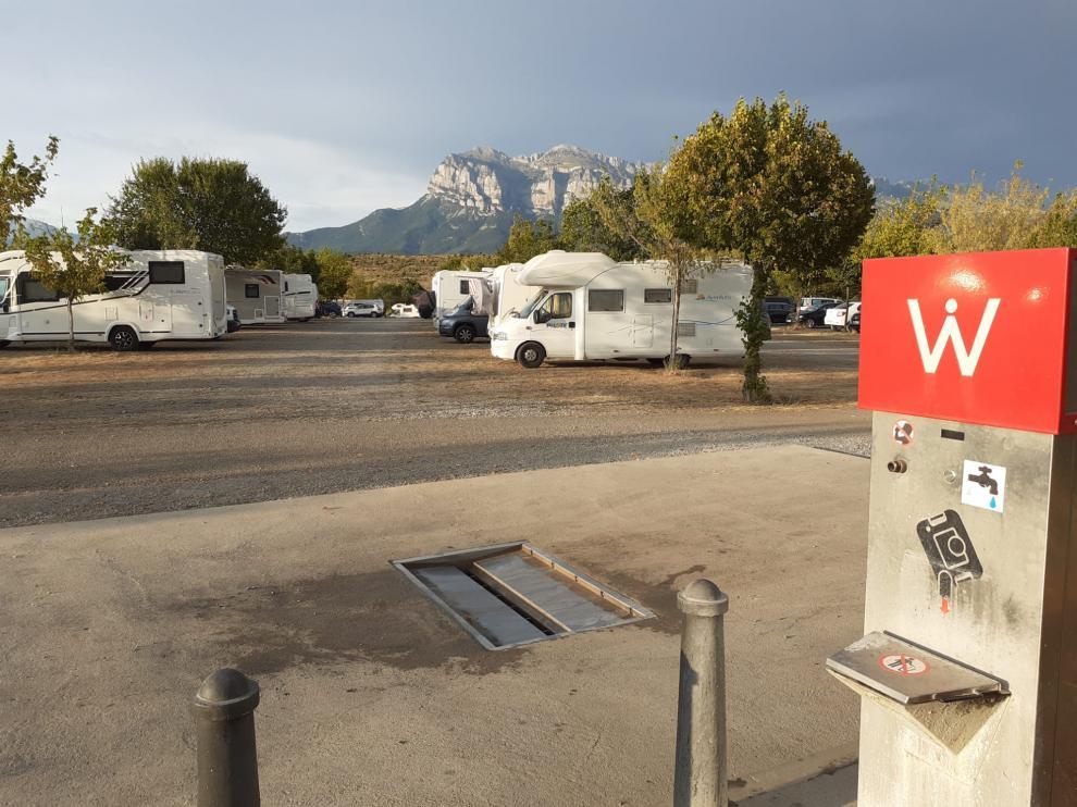 Parquin para autocaravanas de Aínsa, con servicio para la evacuación de aguas y posterio llenado.