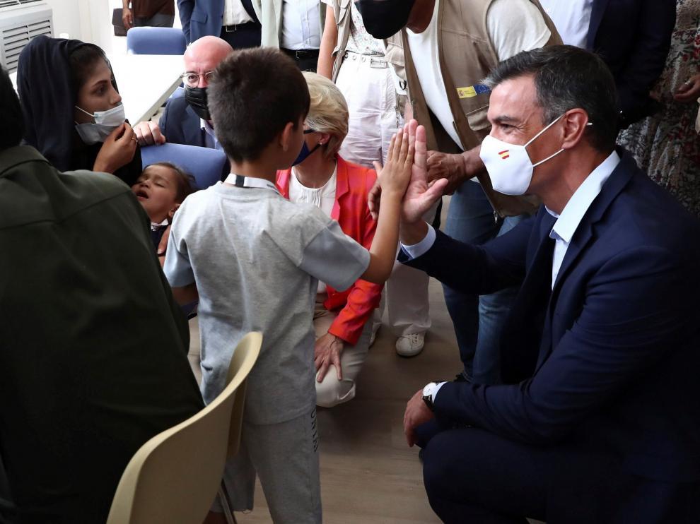 Sánchez visitando el campo de refugiados de Torrejón