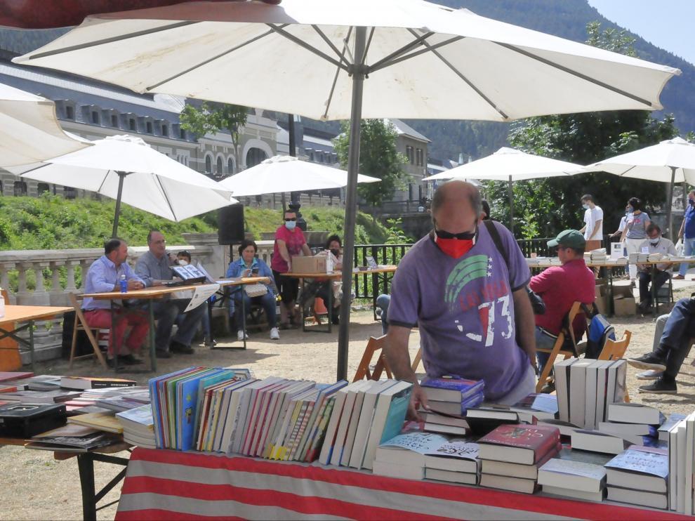 Un hombre observa el material de la librería Oroel.