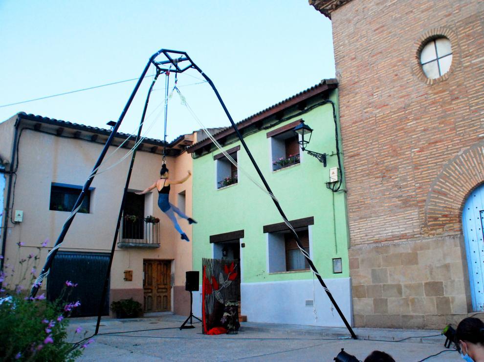 Espectáculo de danza aérea y suspensión capilar Ara, de la artista colombiana Andrea Ríos
