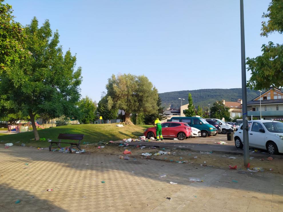 Servicios municipales de limpieza de Jaca limpiando los restos del macrobotellón en la mañana del domingo.