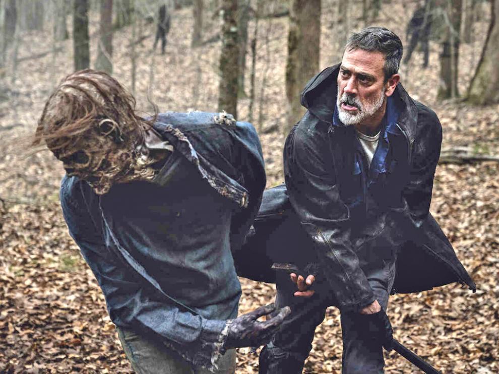 Negan luchando contra un zombi en una imagen de la temporada 11 de The Walking Dead