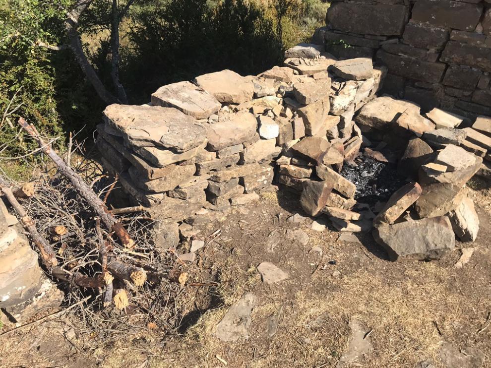 Restos del fuego encendido junto a la ermita de la Virgen de las Eras