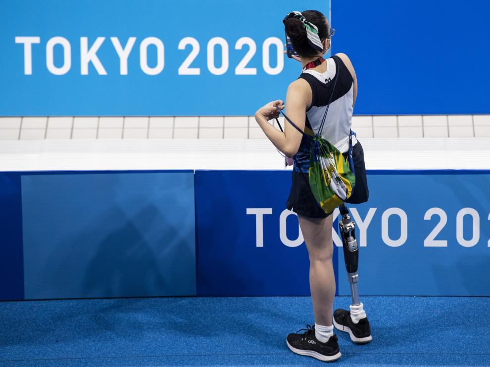 Una mujer espera durante una sesión de entrenamiento en los Juegos Paralímpicos de Tokio 2020 en el Centro Acuático de Tokio