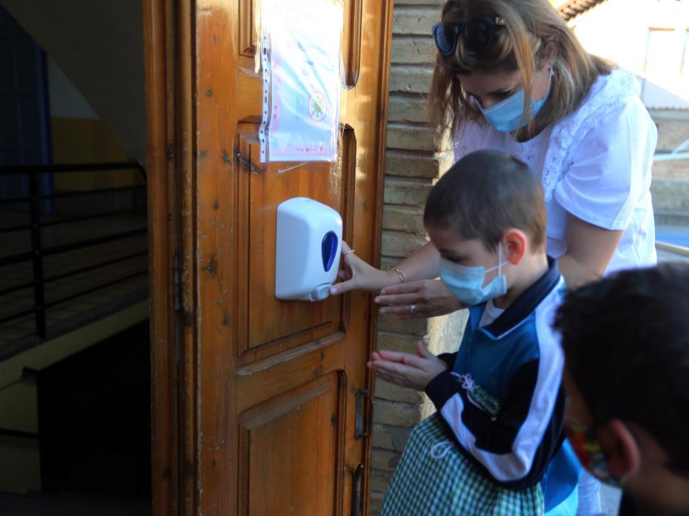Unos niños desinfectan sus manos en el primer día del curso pasado.