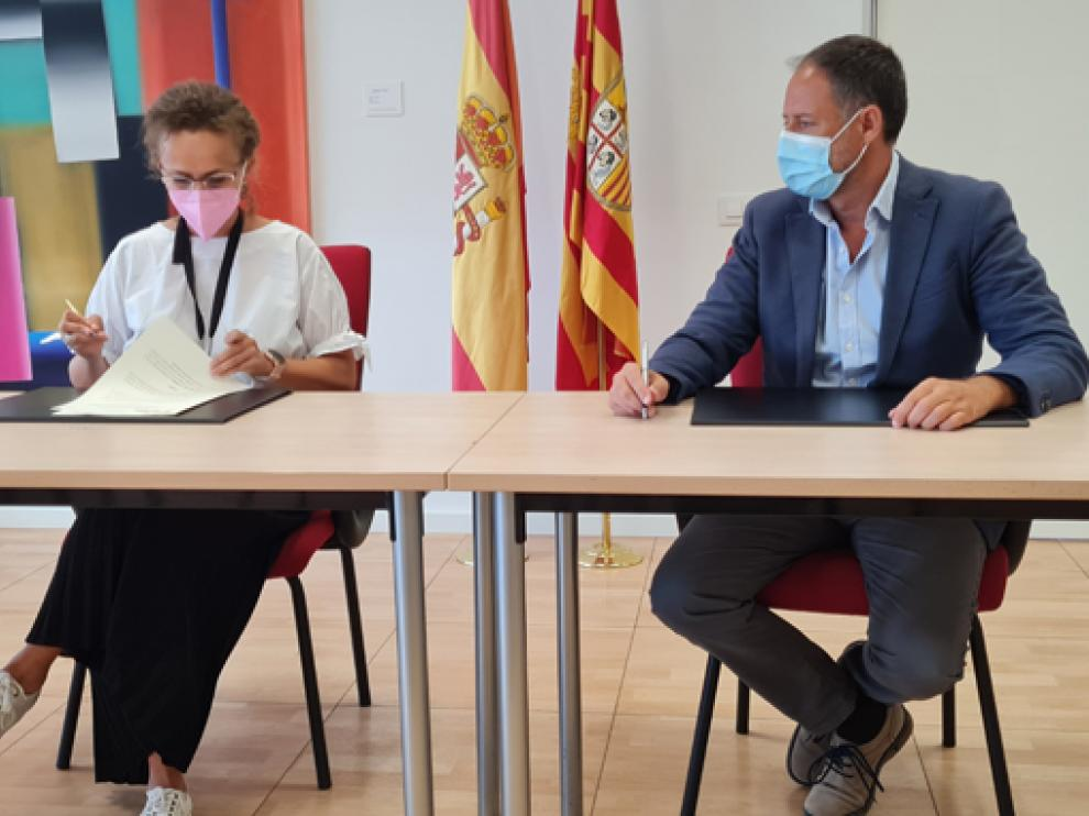 Estela Ferrer y Toni Martínez firman el convenio.