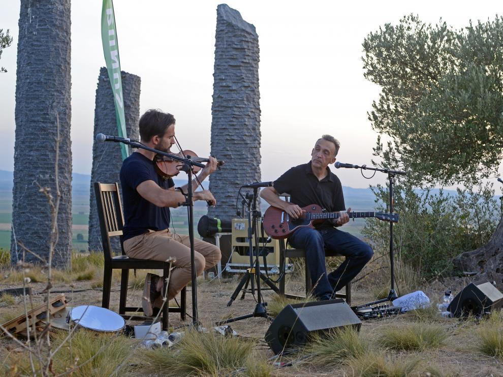 Mauro Durante y Justin Adams actuaron junto a la escultura Árboles como arquitectura.
