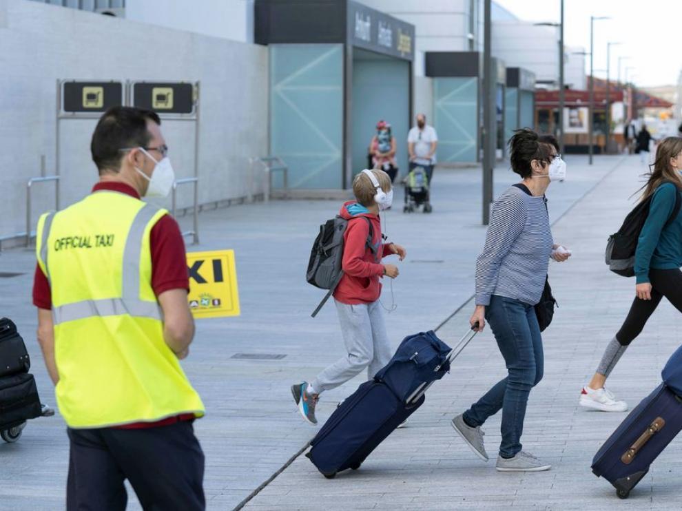 Turistas llegando al aeropuerto de Tenerife Sur