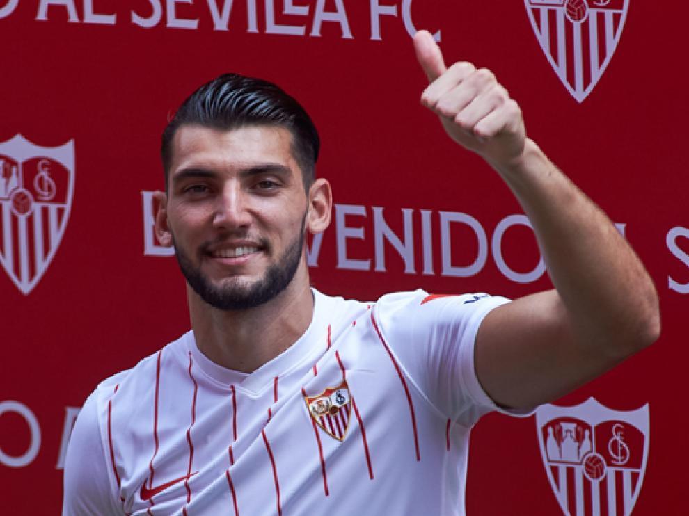 Rafa Mir, este martes en su presentación como nuevo jugador del Sevilla en el Ramón Sánchez-Pizjuán.