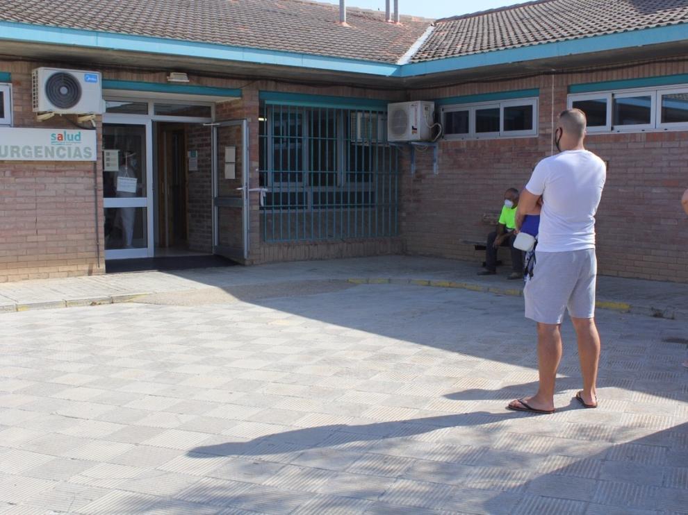 Usuarios esperan su turno en la entrada del Centro de Salud de Sariñena.