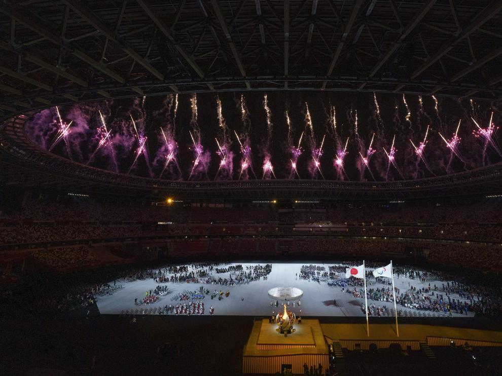 Vista general de la ceremonia inaugural, con las banderas de Japón y del movimiento paralímpico presidiendo.