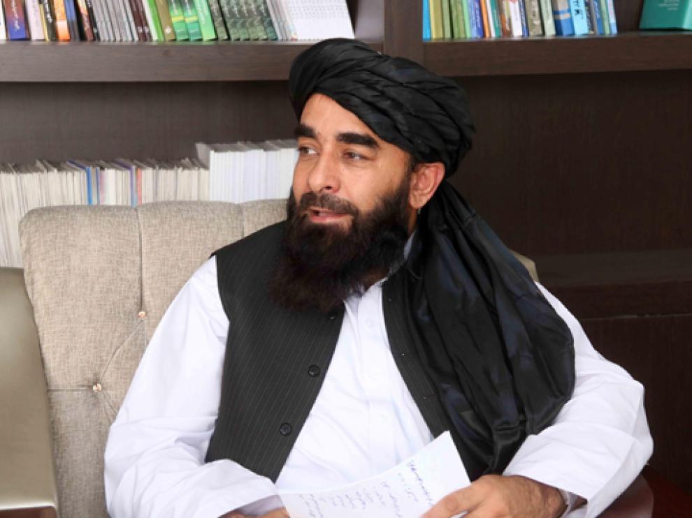 El portavoz talibán Mujahid durante la entrevista de este miércoles.