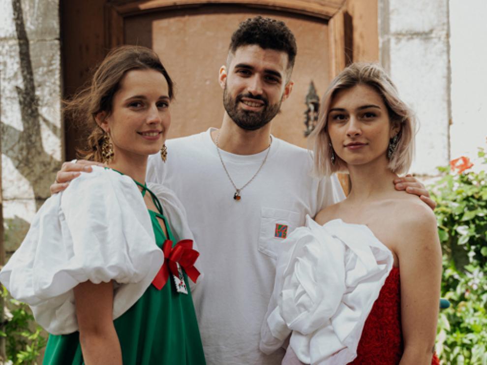 El diseñador de moda Enrique Carrera entre las dos jóvenes ansotanas que se prestaron como modelos.