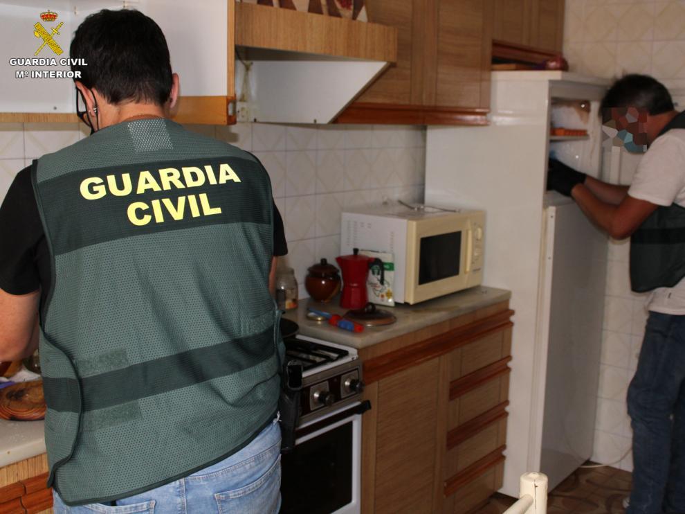 La Guardia Civil registra uno de los locales registrados en la Operación Claustrum