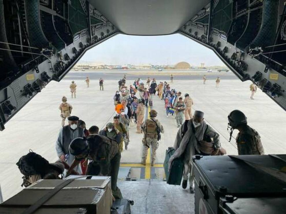 Refugiados afganos entrando en los aviones enviados por España