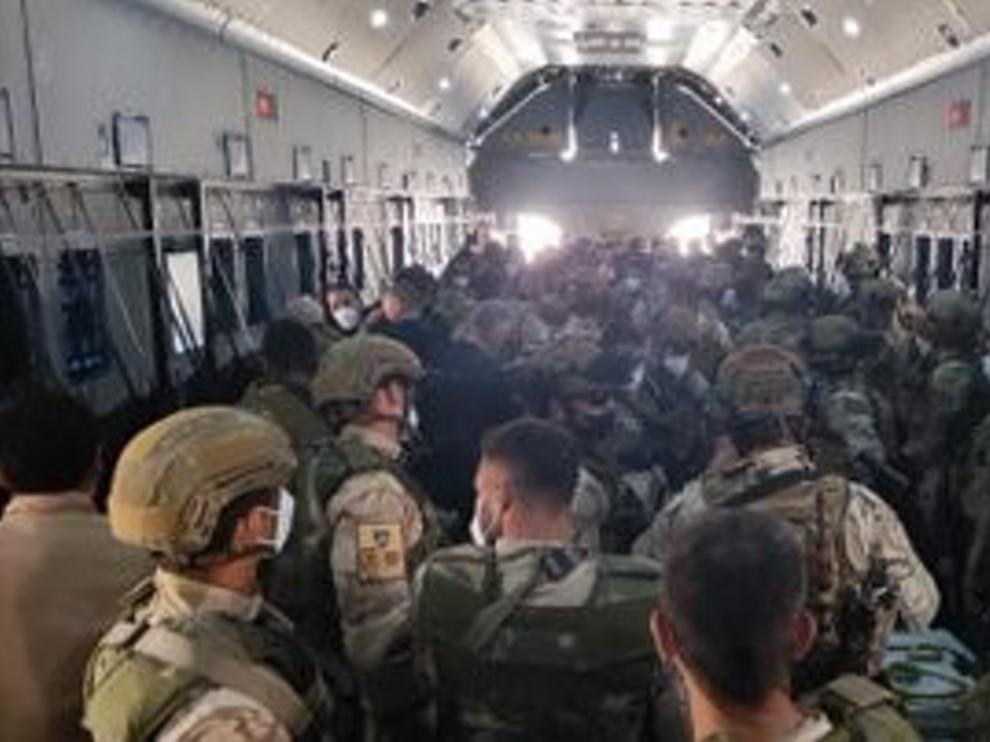 Varios militares españoles en el último avión de vuelta a Dubai desde Kabul