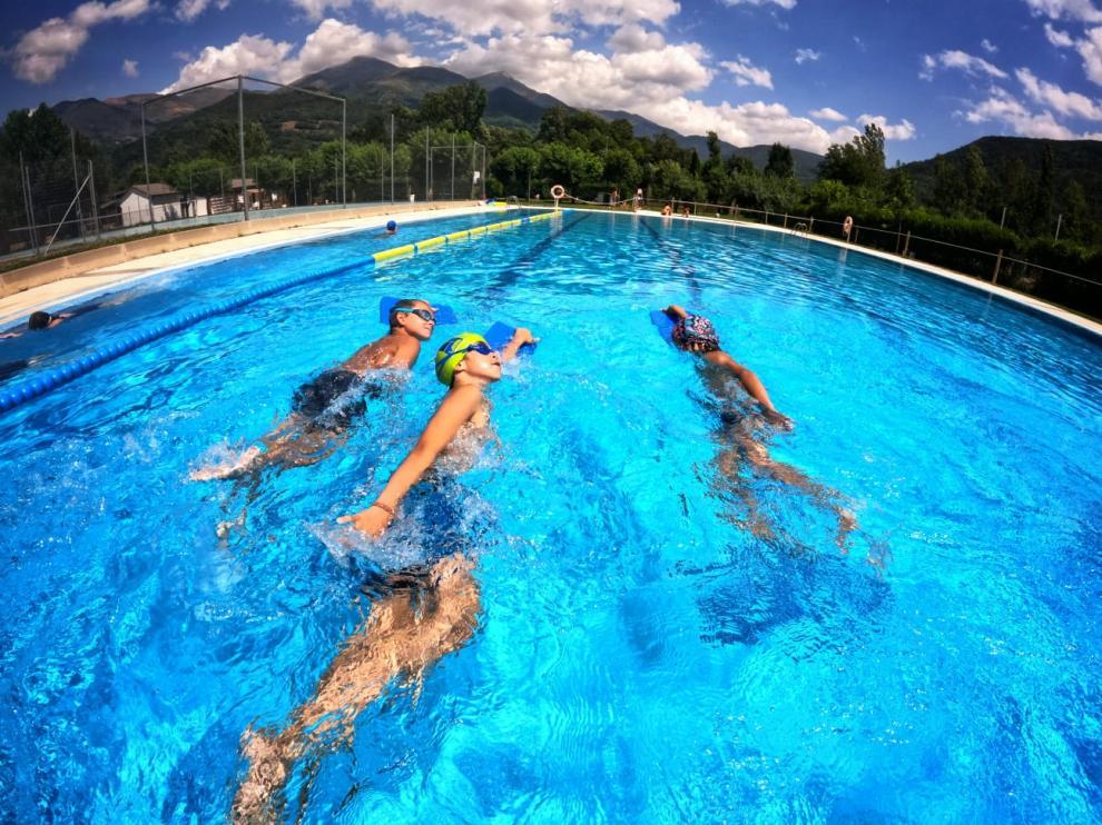 Curso de natación en la localidad de Castejón de Sos.