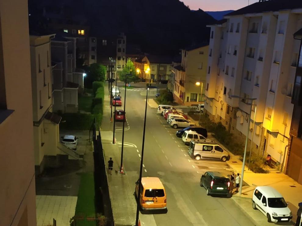 Así luce el nuevo alumbrado instalado en la avenida de Yebra de Sabiñánigo.