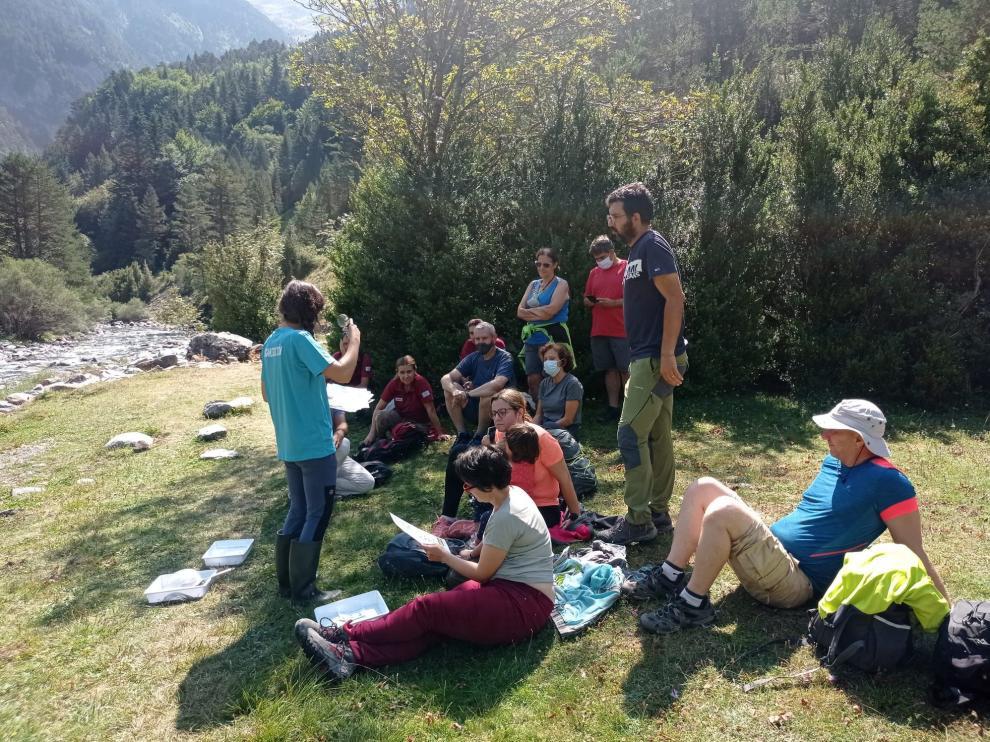 """Participantes en la visita al río Ara en el marco de la Jornada """"Reserva Natural Fluvial del Río Ara y Arazas""""."""