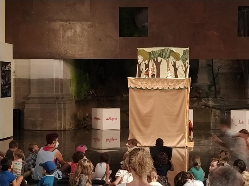 Unos 60 niños asistieron a la actuación de Trapusteros Teatro en la nave central de Espacio Pirineos.