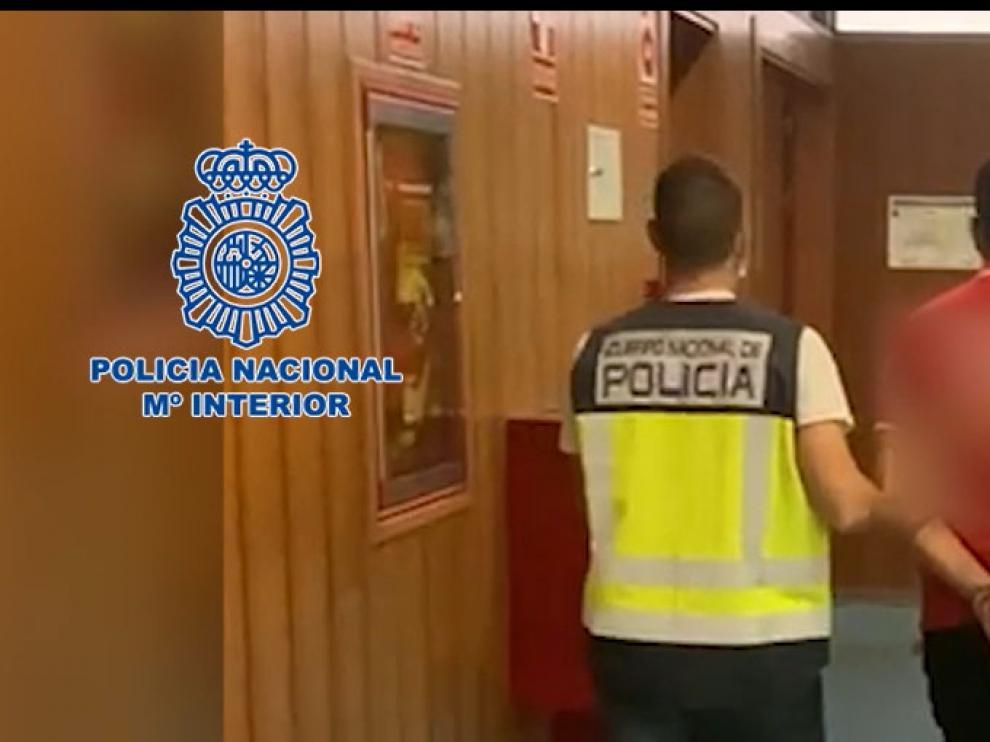 Agentes de la Policía Nacional trasladando al detenido.