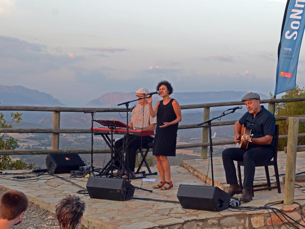 Actuación de Marícaconfussion en Camporrells.