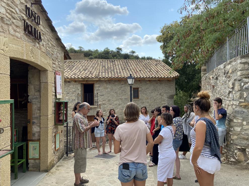 Grupo reunido en las puertas de la taquilla de la Casa de los Títeres.