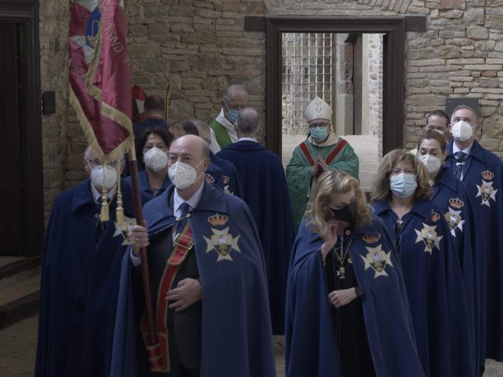 Caballeros y damas de la Real Hermandad de San Juan de la Peña en el acto conmemorativo.