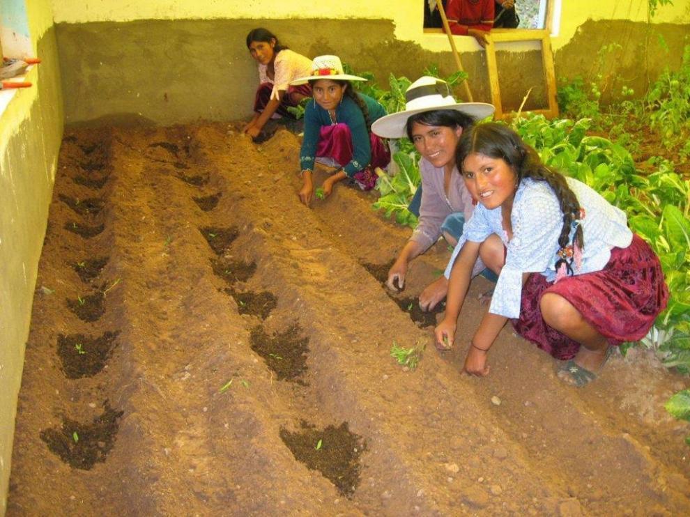 Un grupo de agricultores en una explotación de un país latinoamericano.